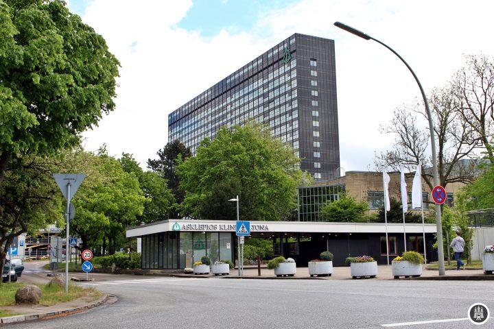 Das AK Altona kann Patienten in 739 Betten und 482 Zimmern unterbringen. Erbaut 1971 ersetzte sie das alte Altonaer Krankenhaus und ist auch heute noch eine der größten Kliniken Hamburgs.