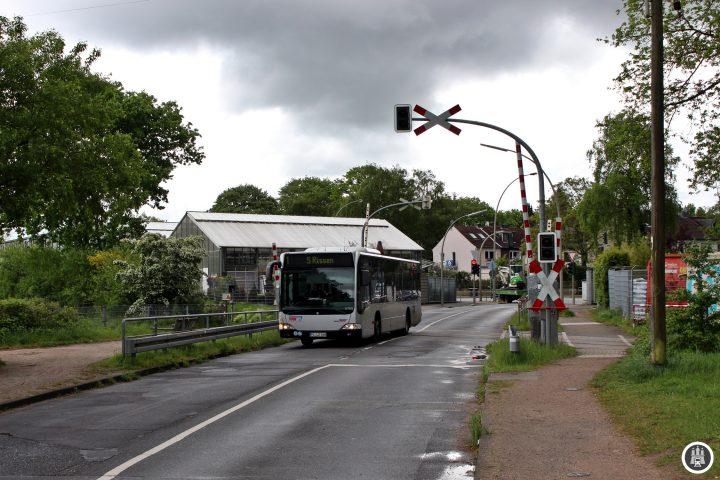 Am Bahnübergang Sieversstücken überquert die 1 die Bahnstrecke der S1 zwischen den Stationen Sülldorf und Rissen.