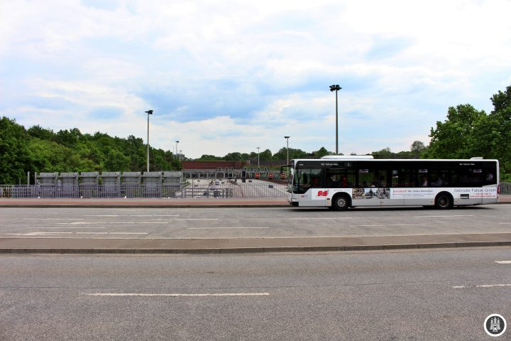 Der Elbtunnel bildet eine der Hauptlebensadern Hamburgs. Eröffnet 1974 und mit einer vierten Röhre 1998 erweitert ist er auch für den Hamburger Busverkehr wichtig. Die Linien 150 und 250 führen durch den Tunnel.
