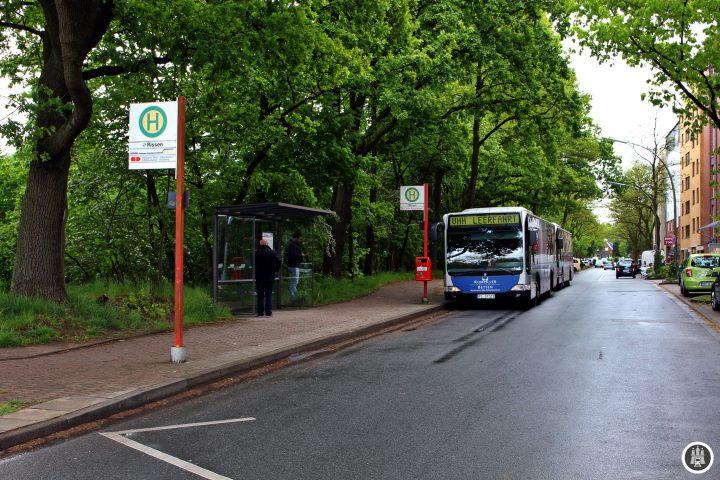 Hier am Pausenplatz am Rissener Bahnhof stehen die Busse zur Fahrt auf der 1 bereit.