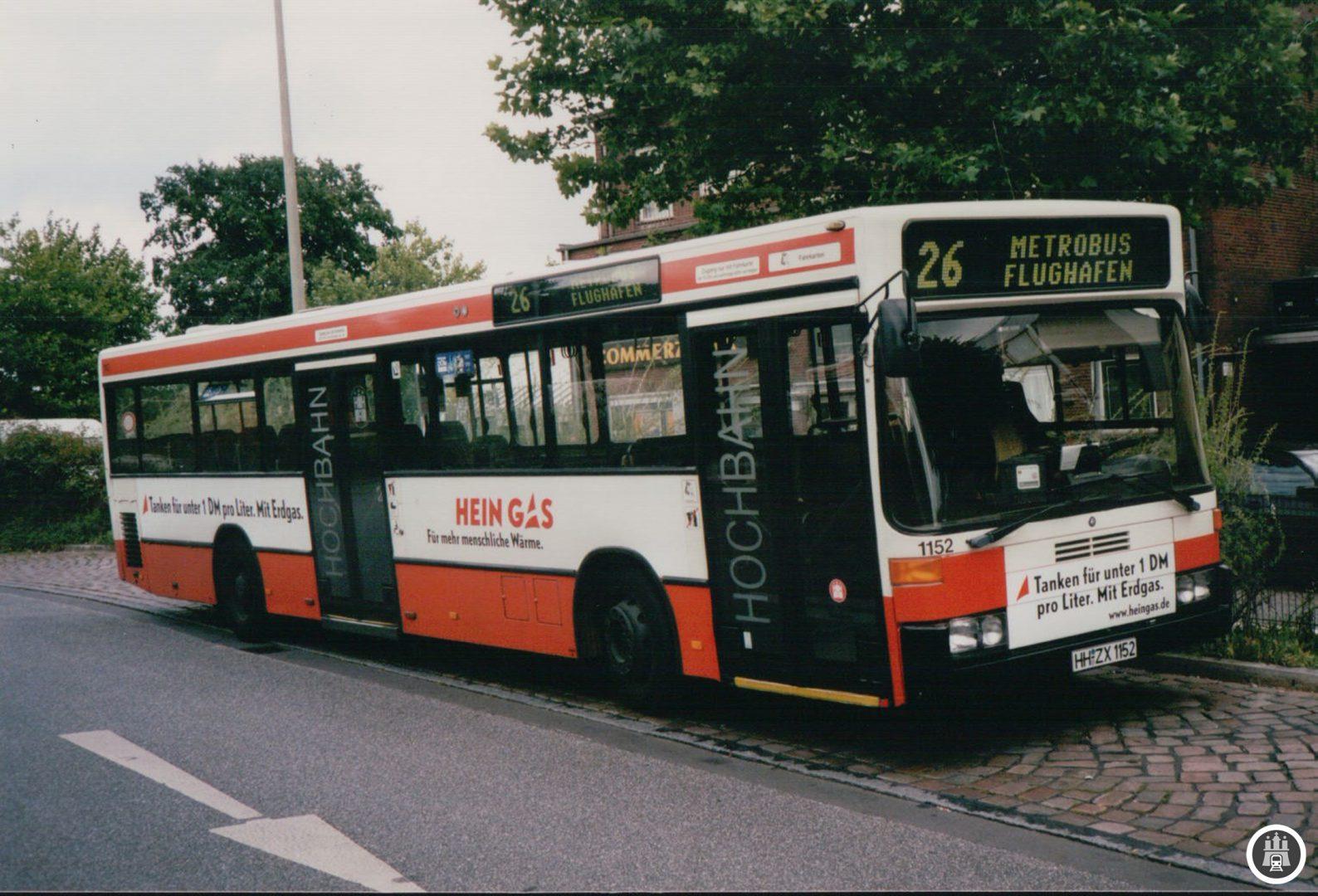 Wagen 1152 mit Heingas-Werbung (später e-on-Hanse) am Bahnhof Rahlstedt. Der Wagen wurde im Jahr 2005 ausgemustert, die Strecke zum Flughafen wurde immerhin noch bis Ende 2014 betrieben. - Foto: Jens Ode