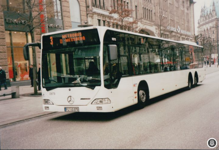 BU: Ein Bus der Linie 3 zur damals noch U Meßberg genannten Haltestelle Brandstwiete. Auch heute kann man hier noch bequem in die U1 umsteigen. - Foto: Jens Ode
