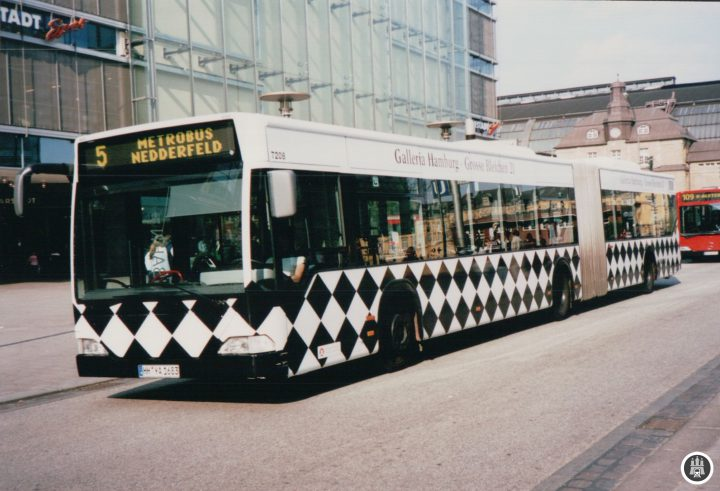 Wagen 7208 fuhr noch bis Juli 2015 durch Hamburg, zwischenzeitlich mit Werburg für den Hobbit. Auf dem Bild befindet er sich noch frisch auf der Mönckebergstraße im April 2003 als Kurzläufer auf der Linie 5.