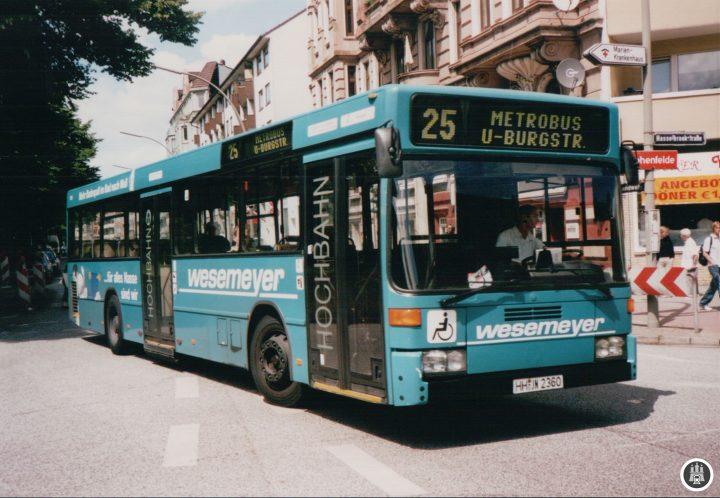 BU: Im Juli 2003 fahren noch Solobusse auf der Linie 25, hier kurz vor der Haltestelle Landwehr. Sowohl den Bus, als auch das Lokal im Hintergrund lassen sich nicht mehr in Hamburg antreffen. - Foto: Jens Ode