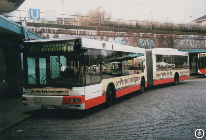 BU: Noch im alten ZOB von Barmbek macht der der im September 2014 ausgemusterte Wagen 7201 im April 2005 Pause und macht sich kurze Zeit später auf den Weg nach Steilshoop. - Foto: Jens Ode