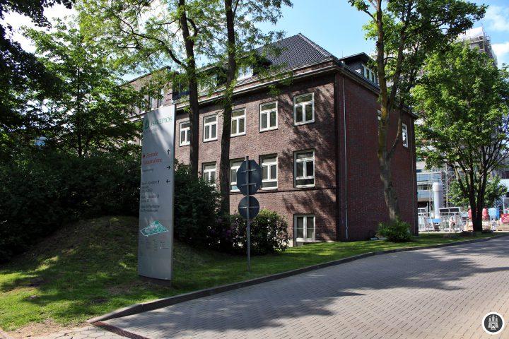 Als Allgemeines Krankenhaus von Wandsbek wurde es 1975 eröffnet und löste das Kinderkrankenhaus Wilhelmstift ab. Derzeit gibt es 545 Betten für etwa jährlich 50.000 Patienten.