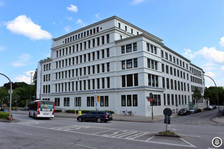 Seit 1949 ist die Bezirksverwaltung im 1929 von Fritz Höger erbauten Stormanhaus vertreten. Derzeitiger Bezirksamtsleiter ist Thomas Ritzenhof von der SPD, welche trotz starker Verluste die stärkste Partei in diesem Bezirk ist.