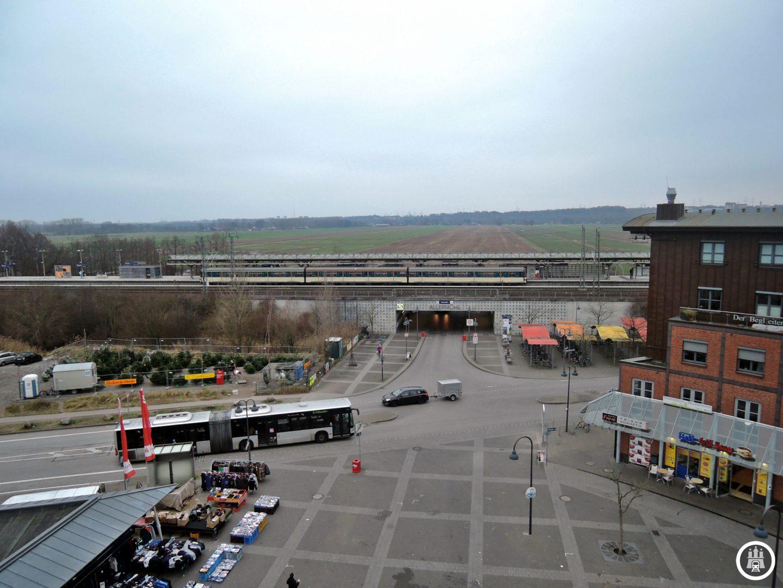 Der neue Stadtteil sollte auch mit dem ÖPNV gut angeschlossen sein, da das Gebiet an der bereits existierenden Trasse der S-Bahn lag, errichtete man den Haltepunkt Allermöhe, der am 30. Mai 1999 eröffnet wurde. Während sich südlich der S-Bahnhaltestelle der Marktplatz und damit das Zentrum befindet, blickt man in Richtung immer noch auf Felder und Wälder.