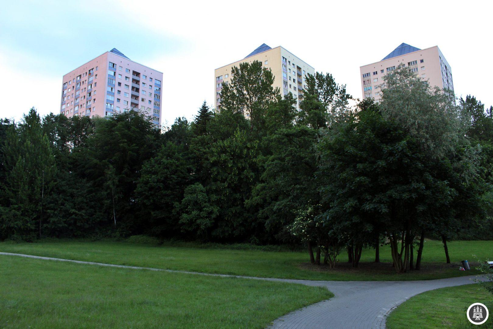 """Als Lohbrügge in den 1960er Jahren zur Großwohnsiedlung umgebaut wurde, wollten die Stadtplaner reine """"Betonwüsten"""" verhindern und schufen deshalb das grüne Zentrum. Die Grünanlage ist etwa 14 Hektar groß, für den Freizeitwert sorgt eine Minigolfanlage."""