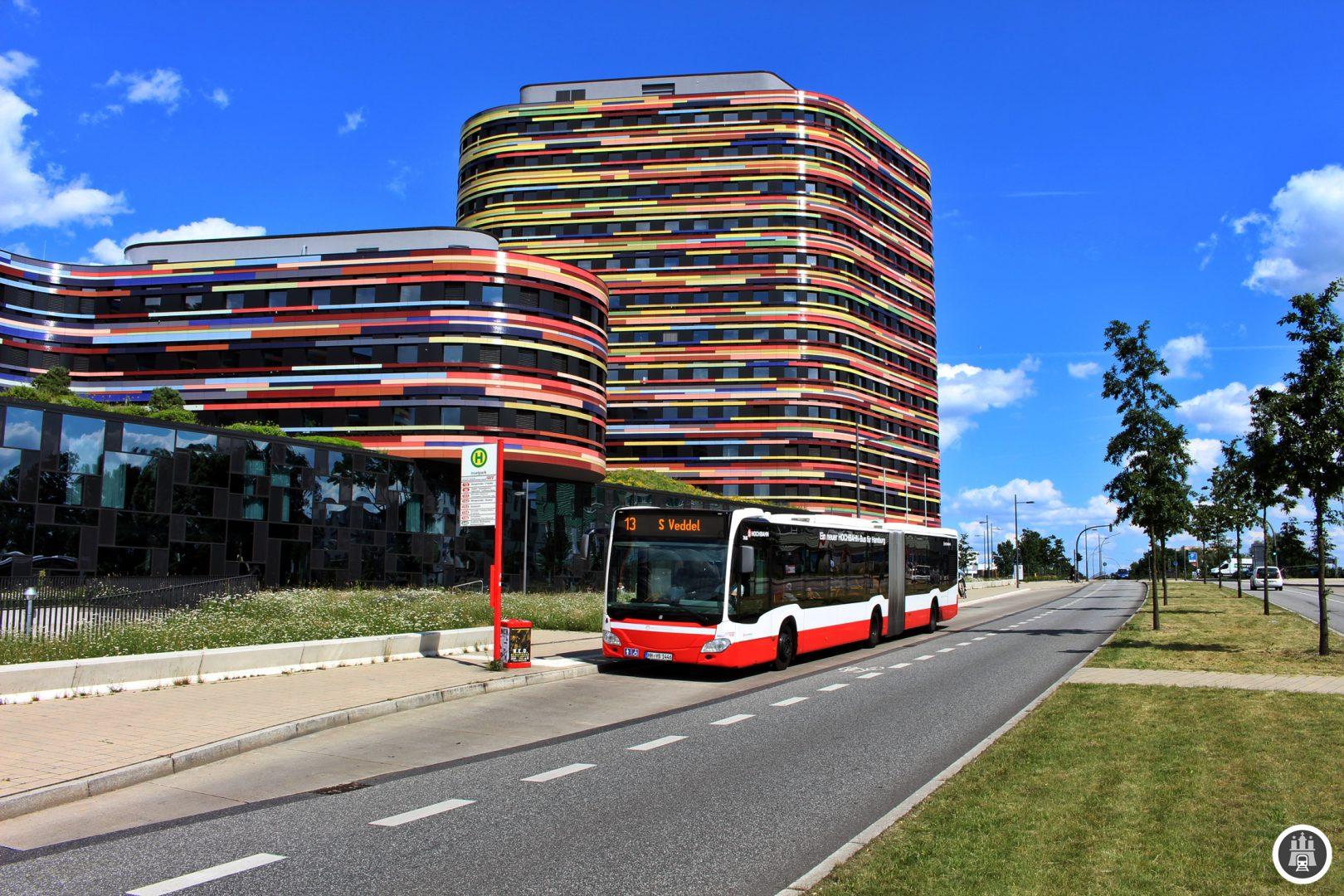 """Der Inselpark entstand erst 2013 im Rahmen der Internationalen Gartenschau, ist aber heute eine grüne Oase auf der Elbinsel. Durch die Bau- und Gartenaustellung 2013 hat Wilhelmsburg einen großen Schub in Sachen Stadtentwicklung bekommen, allerdings beschleunigte dies auch die allgemeine Verteuerung der Wohnräume. Im Hintergrund ist die Behörde für Stadtentwicklung und Umwelt zu sehen, welche im Rahmen des """"Sprunges über die Elbe"""" als erste Behörde südlich der Elbe beheimatet ist."""