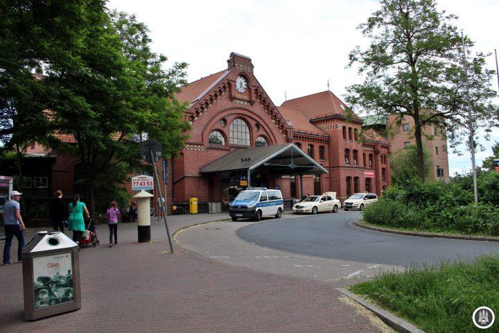 Hier vor dem Empfangsgebäude von 1897 kehrten einst die Busse. Der Bahnhof war ursprünglich der Hauptbahnhof Harburgs, als diese noch unabhängig von Hamburg war.