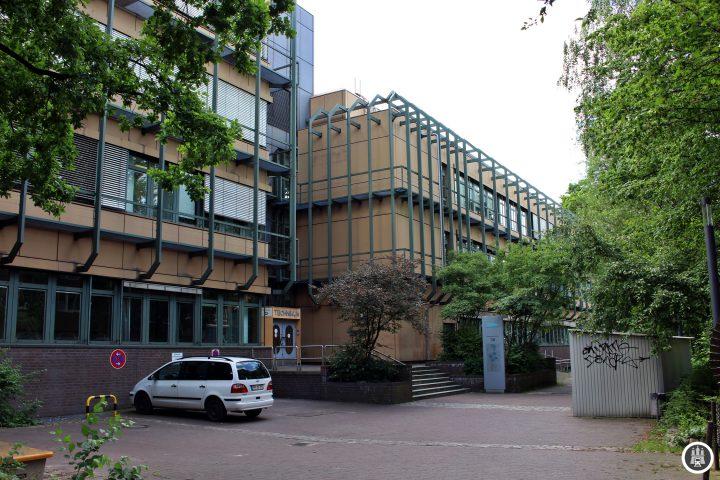 Die TUHH ist eine der jüngsten technischen Universitäten Deutschlands. Sie wurde 1978 gegründet. 7400 Studenten studieren in 42 Bachelor- und Masterstudiengängen. Eine Besonderheit sind die fehlenden Fakultäten, die durch Forschungsschwerpunkte ersetzt wurden.