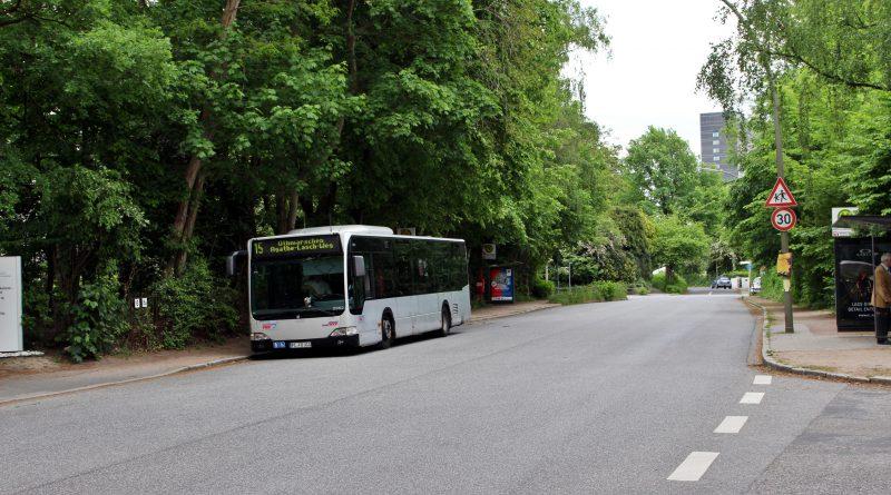Ab dem Agathe-Lasch-Weg fährt die 15 ganztags mit doppelt so vielen Fahrten zur Alsterchaussee. Zusätzlich vereinigt hier sich der Zweig vomOthmarschenerBahnhof kommend mit demFlottbekerLinienast.