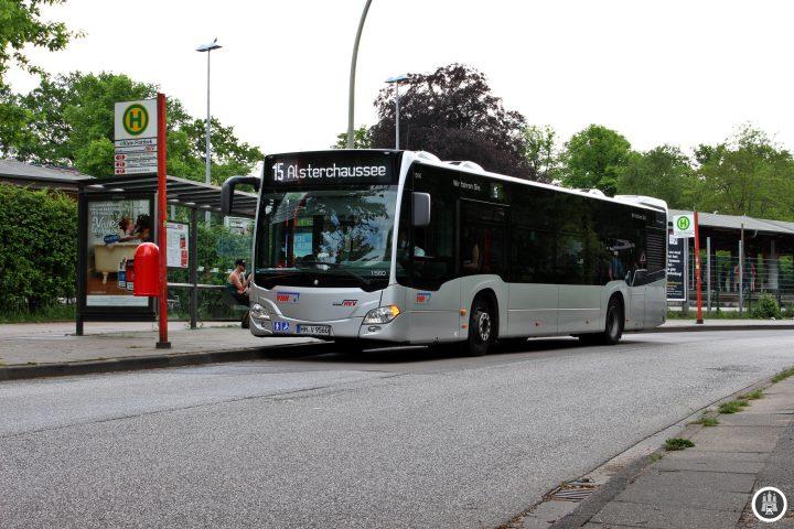 Klein Flottbek ist neben der Trabrennbahn Bahrenfeld ein weiter wichtiger StandortderHamburger Pferdesports. Unweit des Bahnhofs befindet sich der Reitturnierplatz. Nördlich des Bahnhofs befindet sich der Loki-Schmidt-Garten, der bis 2012 noch Botanischer Garten hieß.