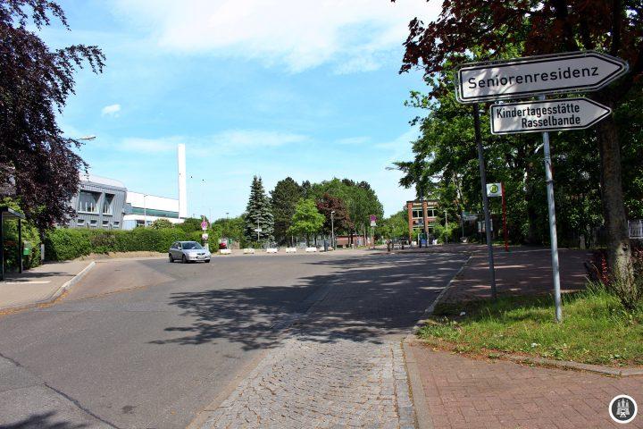 Am Achterndiek befinden sich in näherer Umgebung u.a. ein Gymnasium, ein Kindergarten und ein Altenheim. Die 2 sorgt für eine gute Anbindung an Hamburgs Innenstadt.