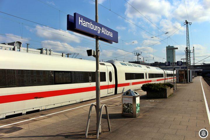 Sowohl der Zug, als auch der Bahnhof, indem er steht, werden mittelfristig Geschichte sein. Nutzen wir die Zeit, solang es beides noch gibt…
