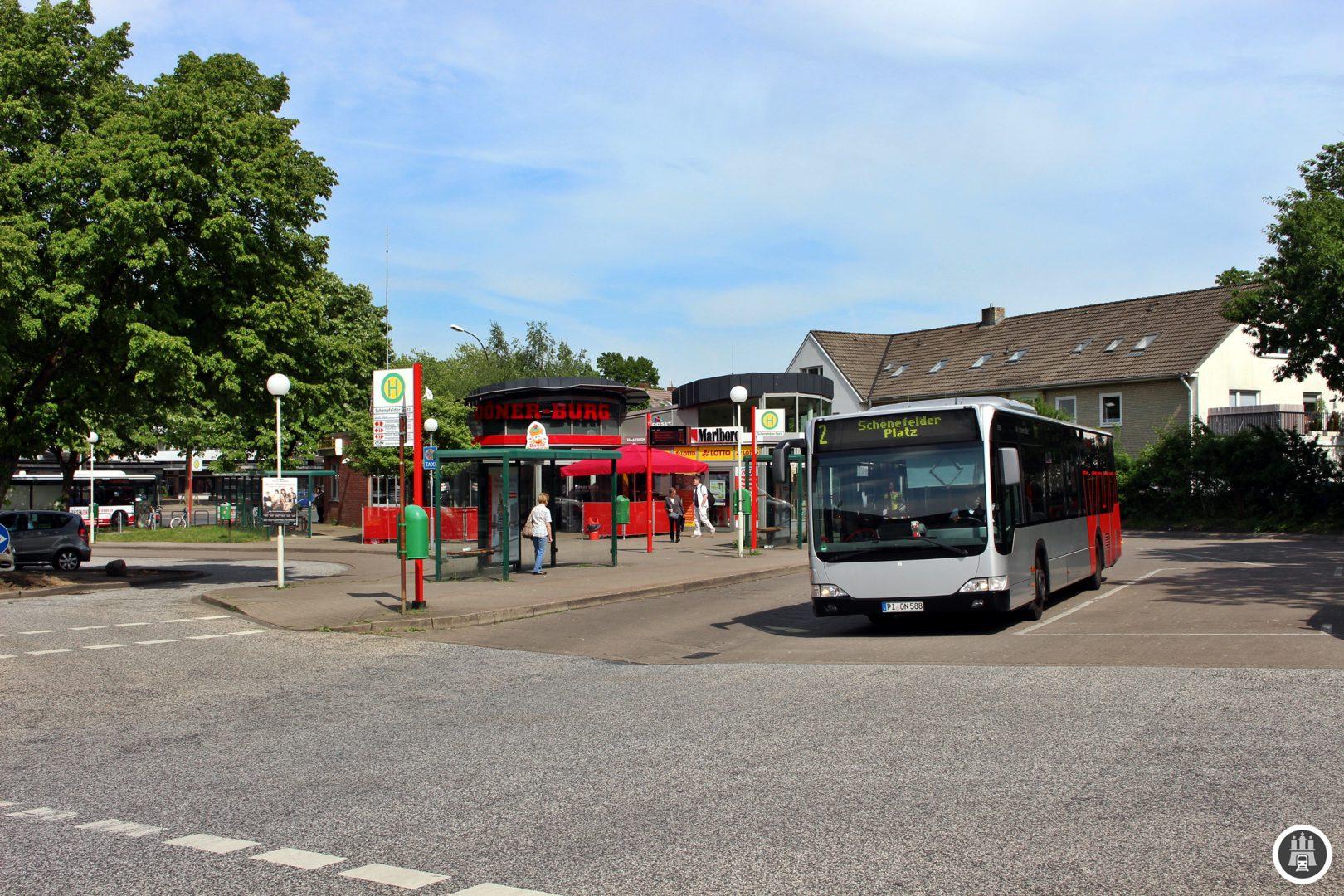 Der Schenefelder Platz ist nur einen Steinwurf von der Grenze zu Hamburg entfernt. Hier kreuzen sich 3 MetroBus-Linien und ist somit der einzige richtige Knotenpunkt für die MetroBusse außerhalb Hamburgs.
