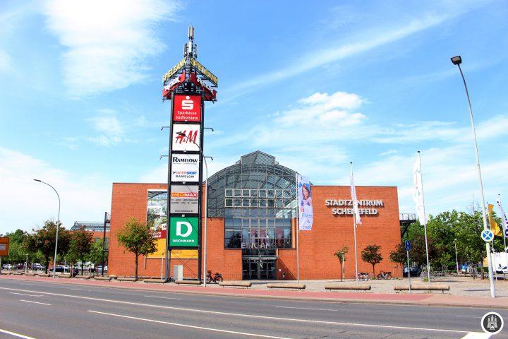 """Das Einkaufszentrum """"Stadtzentrum Schenefeld"""" wird von der 2 passiert."""