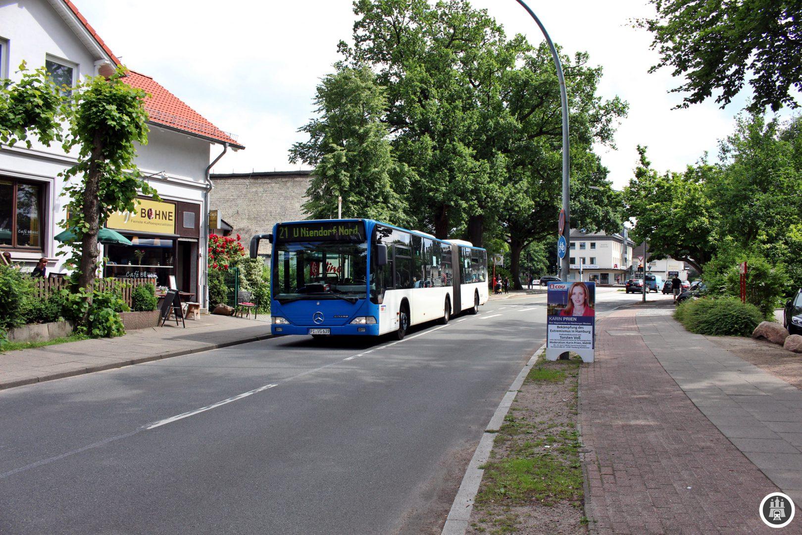 Die 21 erreicht an der Haltestelle Langelohstraße (Nord) die B431 als zentralen Verkehrskorridor. Auch die Linie 1 und 22 verkehren hier.