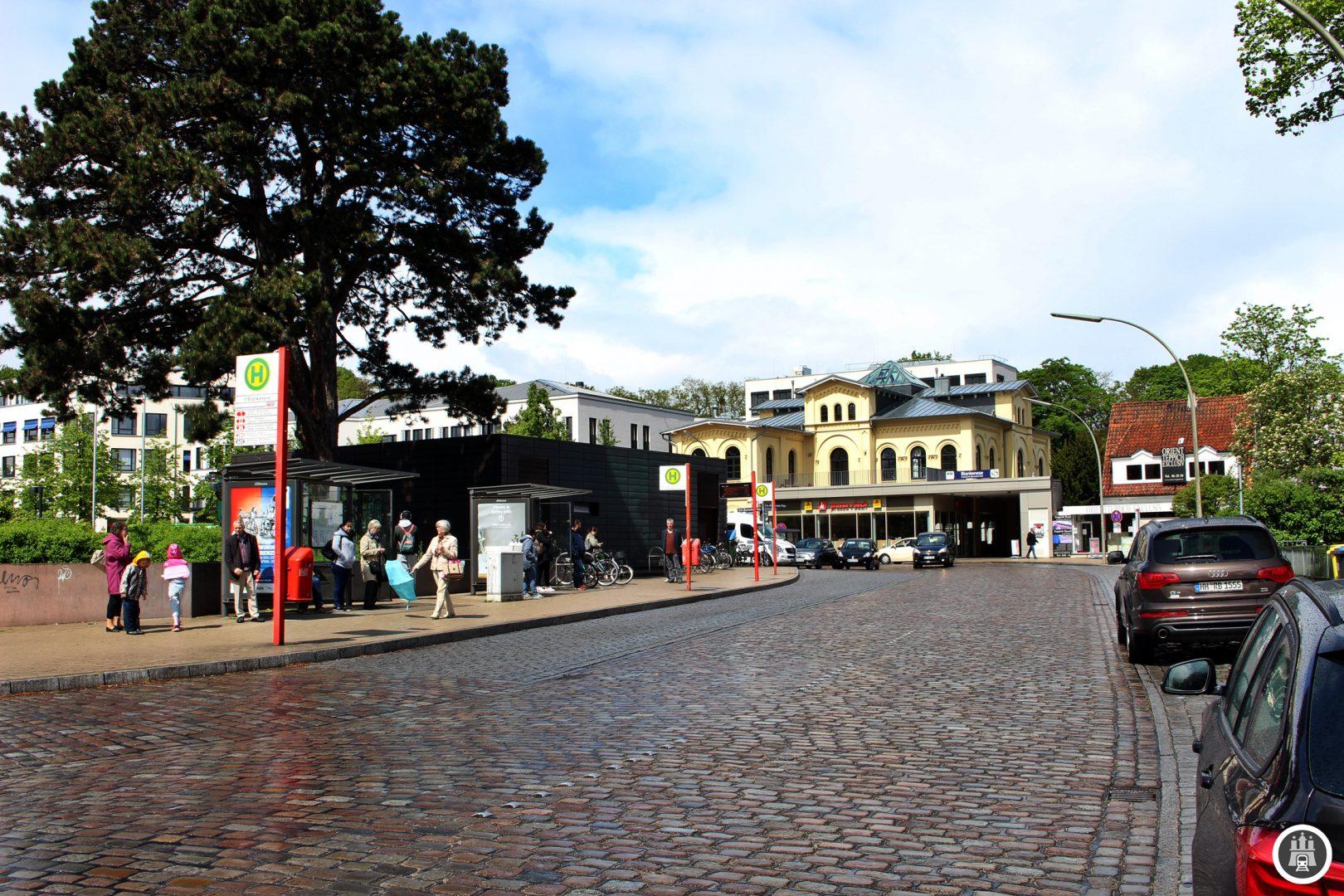 Hier am Blankeneser Bahnhof enden auch die traditionsreichen Blankeneser Kleinbuslinien. Beim Hamburger Omnibus Verein und der VHH ist seit etwa 1954 fast jede Generation der Bergziegen erhalten geblieben