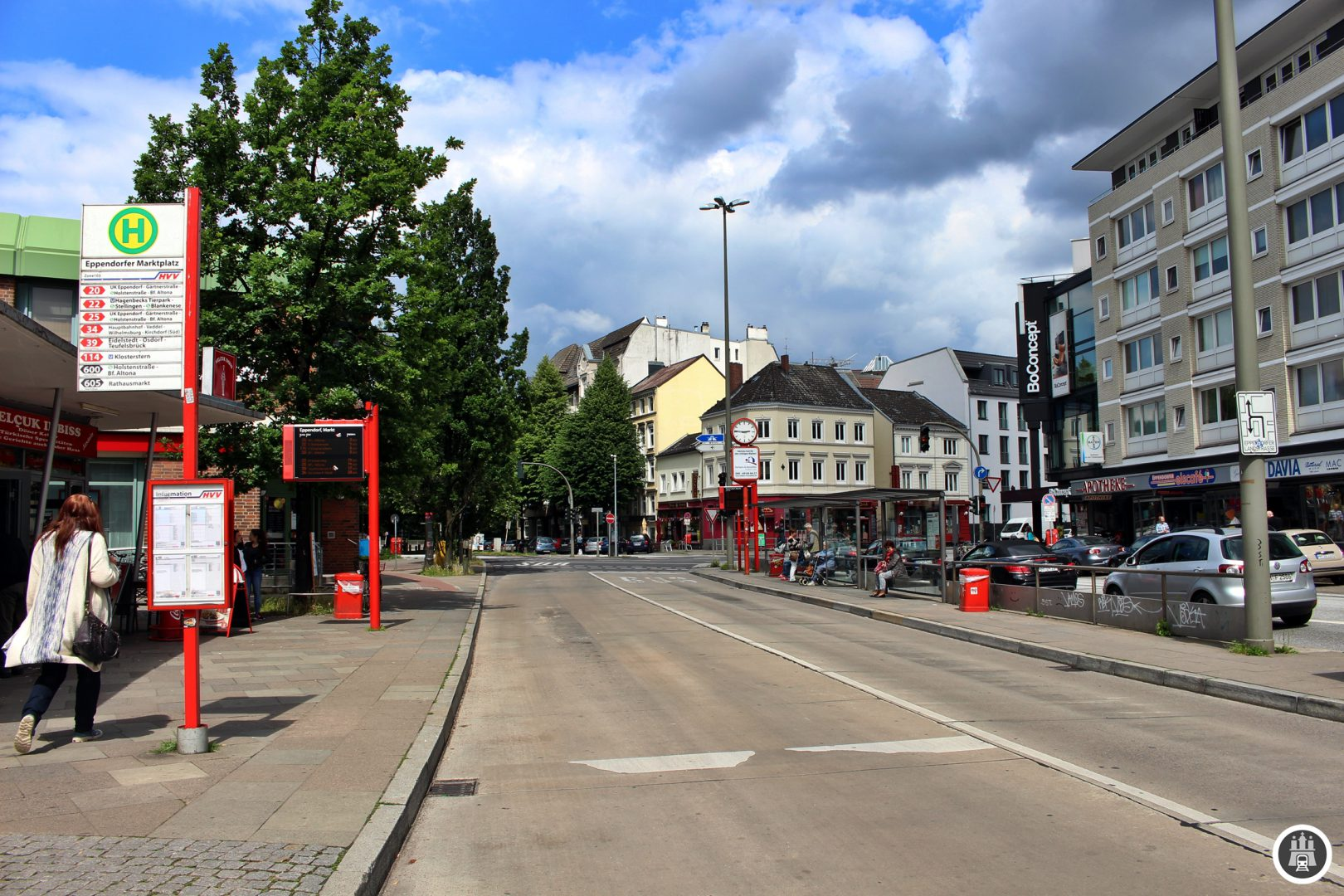 """Eppendorf ist Hamburgs ältestes Dorf. Bereits 1140 erstmals erwähnt, wurde es 1894 zu Hamburger Stadtgebiet. Der Name leitet sich entweder vom plattdeutschen epen (""""am Wasser"""") oder von der Namen der Personen Ebo, Ebbo oder Eppo ab. Durch Eppendorf fließt die Alster."""