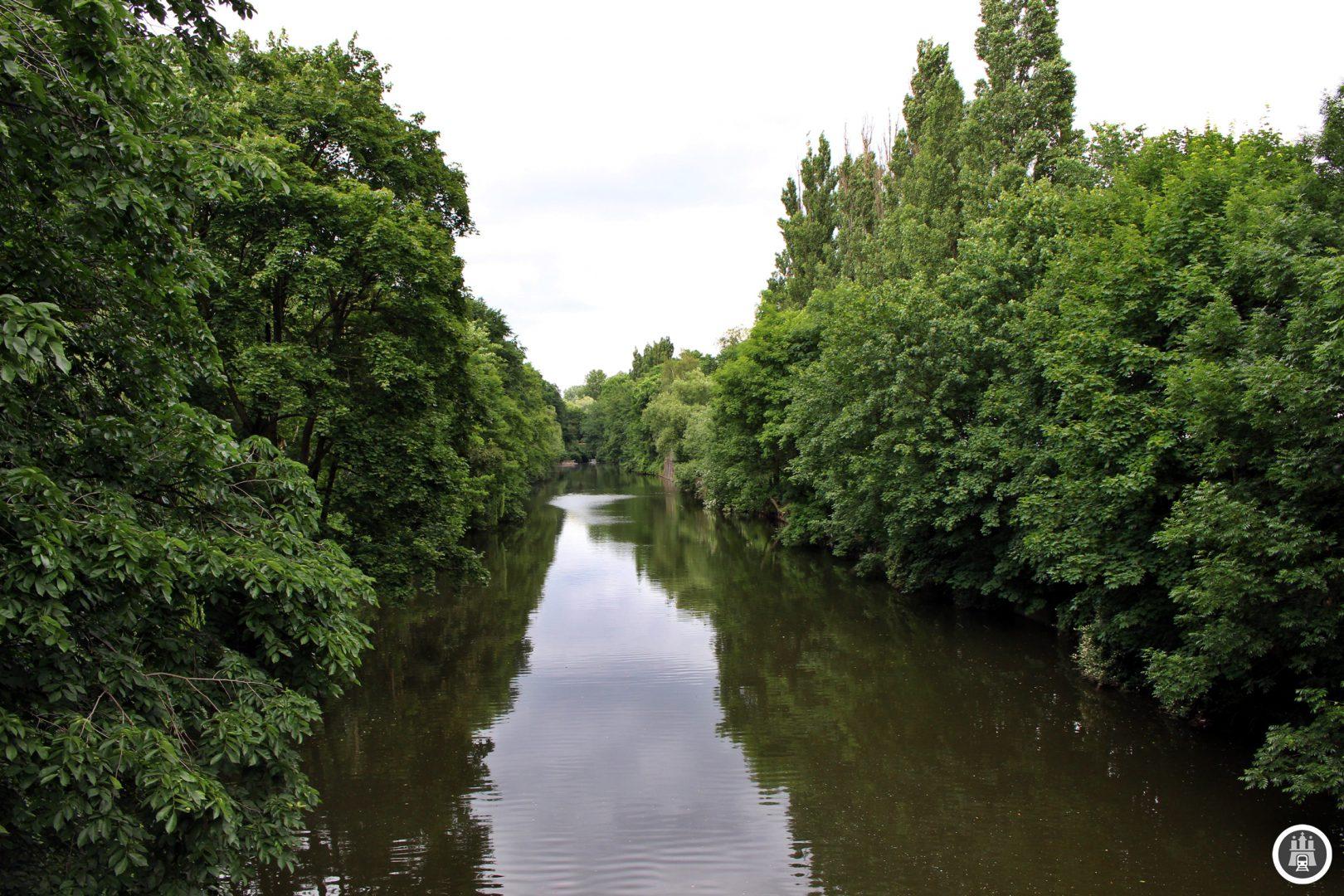 Der Osterbekkanal wurde von 1863 bis 1912 ausgehoben, um eine Anbindung der örtlichen Industriebetriebe zur Verfügung zu stellen, beziehungsweise diese anzulocken. Die ausgehobenen Erdmassen wurden für verschiedene Bahnstrecken genutzt. Weiter nördlich ist der Kanal noch in Fluss, die Osterbek schließt sich der Seebek an.