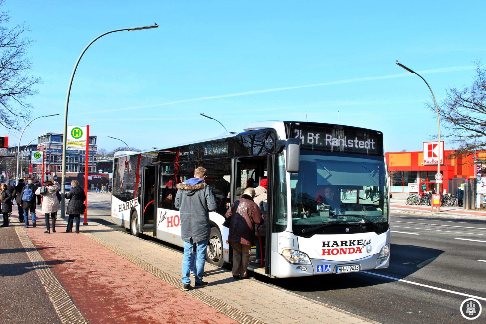 Bereits seit 1918 existiert die Station Langenhorn Markt. Am Anfang diente lediglich ein Behelfsbahnsteig am Gütergleis zum Langenhorner Güterbahnhof als Möglichkeit des Fahrgastwechsels. Heute kann man hier auch in die Buslinien 192, 193, 292 umsteigen.