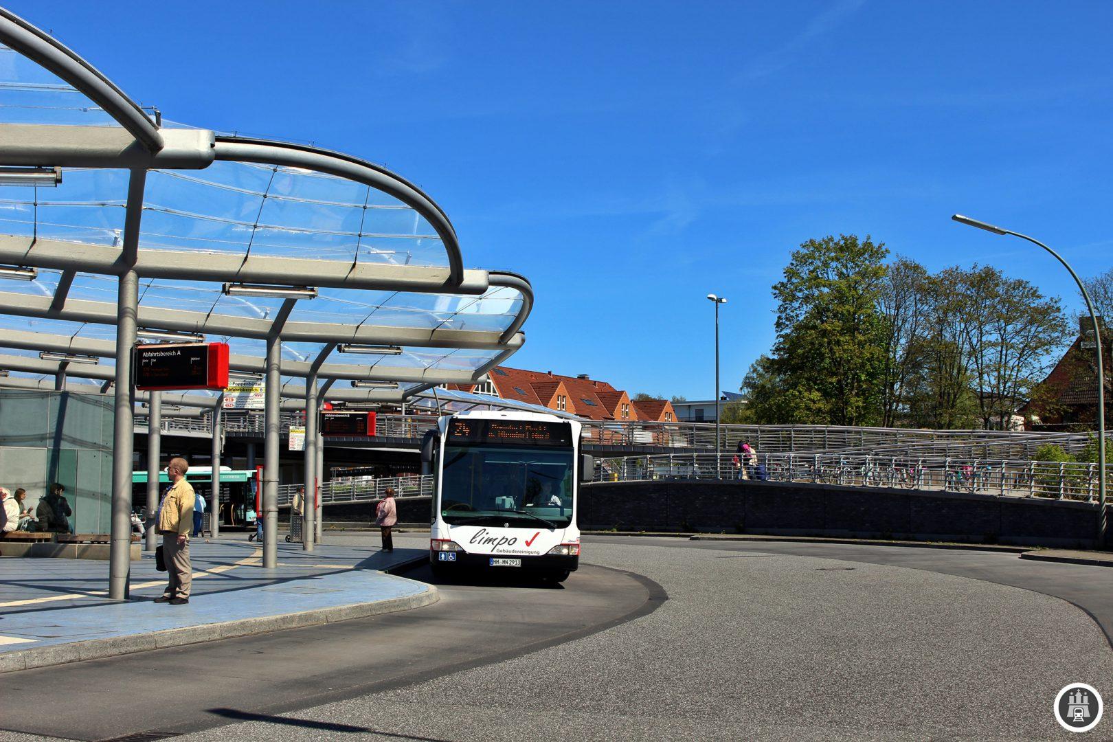 Hier an der Poppenbüttler Busumsteigeanlage treffen sich 7 Tag- und 2 Nachtlinien. Der Busumsteigeanlage erhielt bereits zweimal einen Designpreis für seine moderne Architektur. Die 24 hat hier planmäßig einige Minuten Aufenthalt.