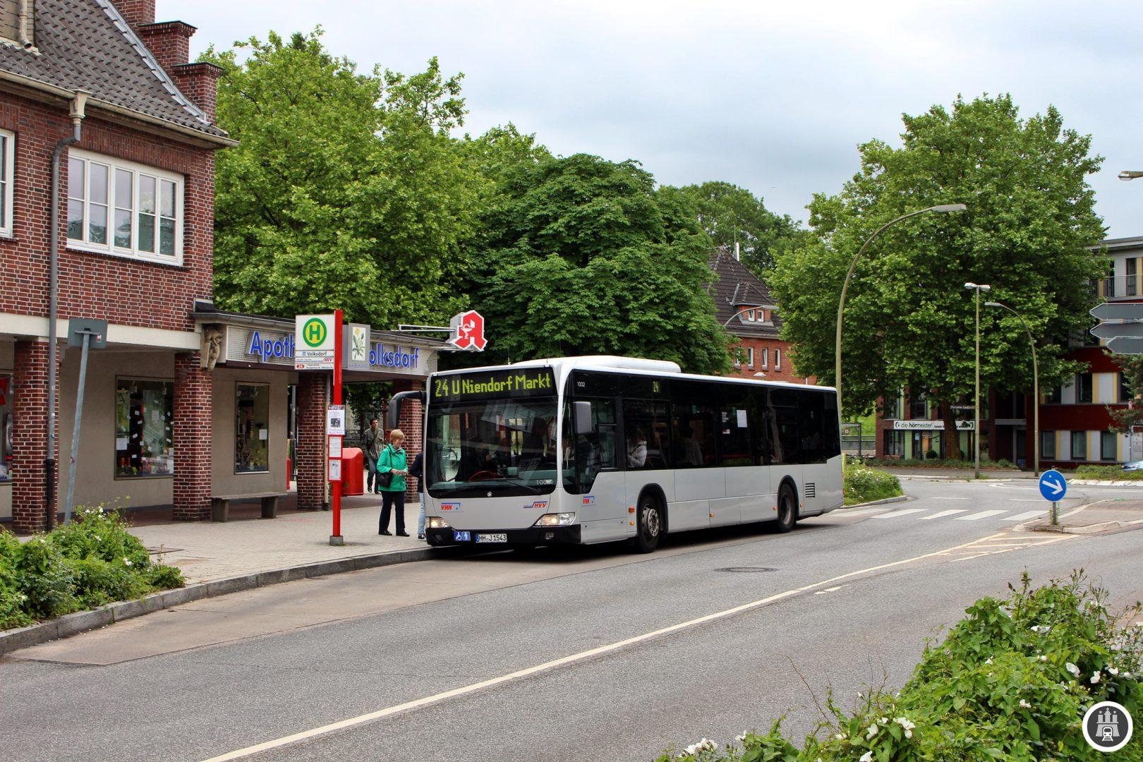 Der Name Volksdorf ist auf den Dorfgründer Volkward zurückzuführen. Bereits in der Steinzeit war das Gebiet besiedelt. Volksdorf wurde 1296 erstmals erwähnt und ging 1437 von Stormarn zur Stadt Hamburg über. Heute ist es eine der wohlhabensten Stadtteile Hamburgs. Der Kaufmann Heinrich Ohlendorff trieb den Bau der elektrischen Kleinbahn von Altrahlstedt über Volksdorf nach Ohlstedt voran, die 1904 ihren Betrieb aufnahm. Seit 1920 halten hier auch die Züge der Walddöferbahn auf der damaligen Fahrt von Barmbeck nach Groß-Hansdorf.