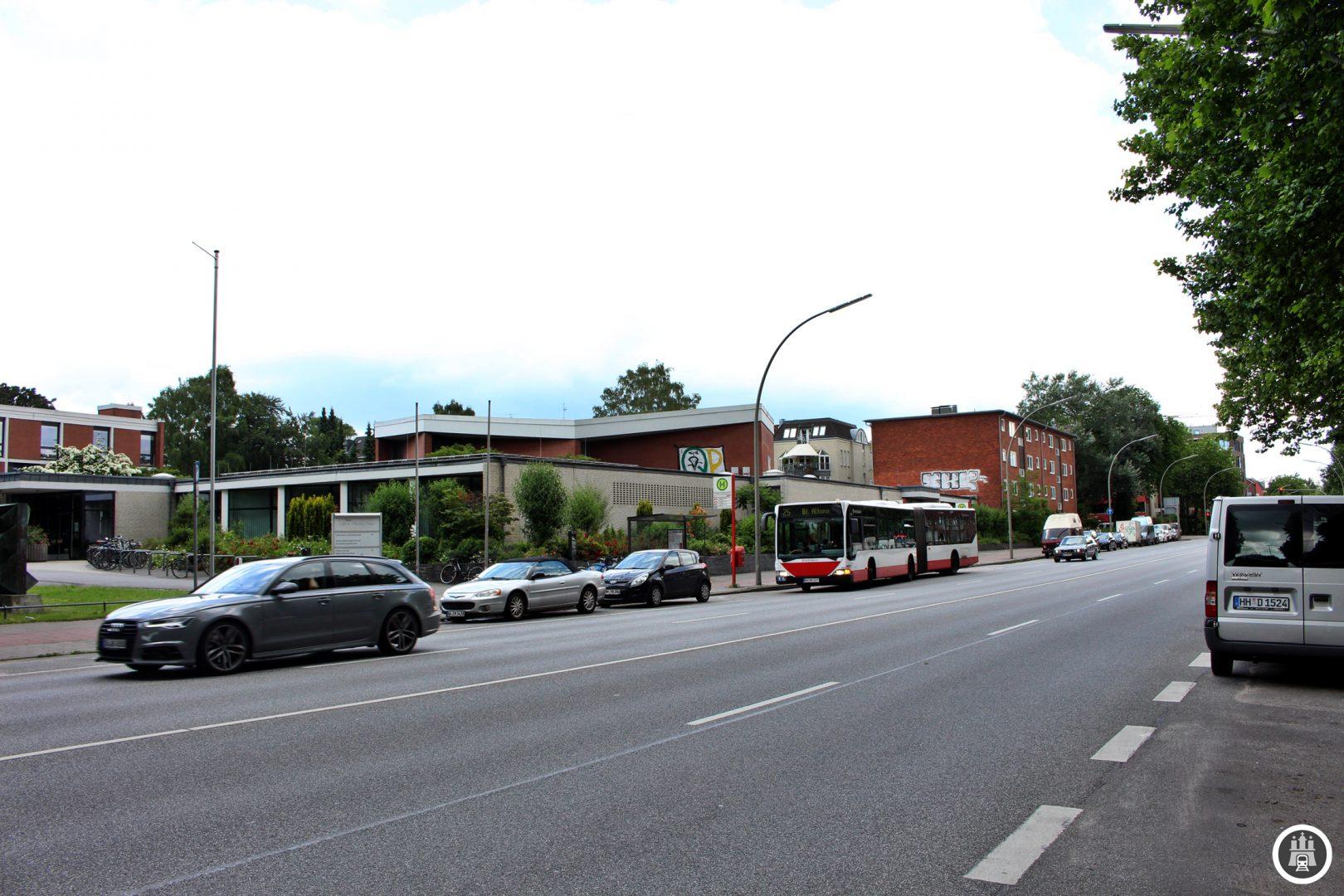 Das 1965 eröffnete Hamburg-Haus ist Kultur- und Gemeinschaftszentrum von Eimsbüttel. Es beherbergt eine Bücherhalle, ein Café, eine Elternschule, ein Seniorentreff, ein Mädchenzentrum und mehrere Veranstaltungsräume. Im Hamburg-Haus befinden sich zudem mehrere Kunstwerke aus den 1960er Jahren. Das Hamburg-Haus in Eimsbüttel war Pilotprojekt für neue Kulturzentren in Hamburger Stadtteilen unter Bürgermeister Max Brauer.