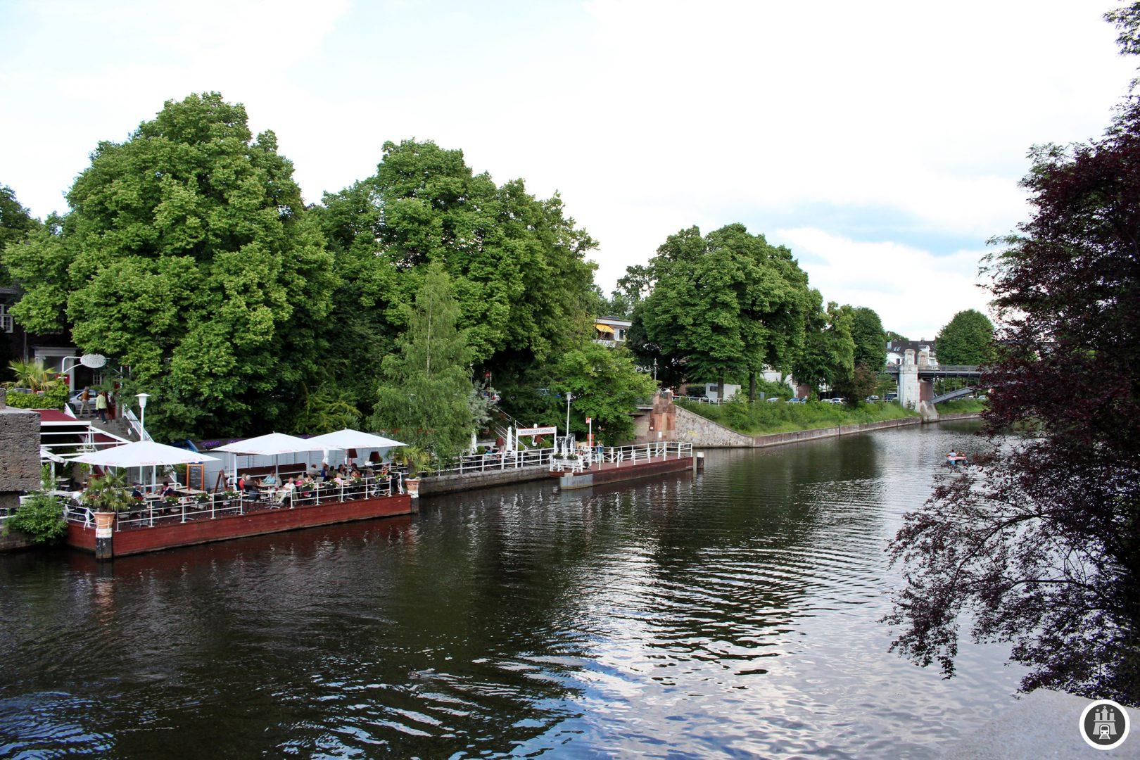 Der Leinpfadkanal wurde 1861 vom Bauträger Adolph Sierich geschaffen, um die benachbarten Wiesen zu entwässern und damit neues Bauland zu erschließen. Am Leinpfadkanal befindet sich die Geschäftsstelle der CDU Hamburg. Das Bild zeigt die Alster, links befindet sich der Leinpfad samt Kanal.