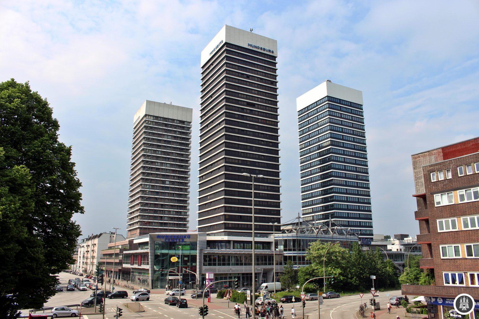 Die drei Mundsburg-Tower beherbergen Büros und Wohnungen und sind 101, 90 und 97 Meter hoch und gehören dazu zu den höchsten Gebäuden Hamburgs. Daneben befindet sich unten das Mundsburg-Center. Der Mundsburg ist zudem Verkehrsknotenpunkt: Neben dem MetroBus 25 halten hier die U3 und weitere Buslinien.