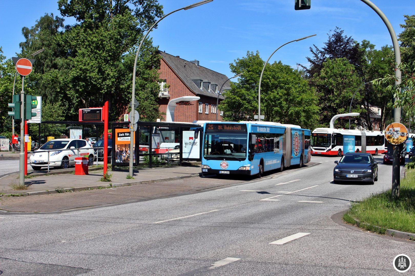 Hier in Alsterdorf startet jede zweite Fahrt der 26 in Richtung Rahlstedt. An dem Überlieger der Innovationslinie 109 stehen die Ladestationen für die Volvo Plug-in Busse zur Fahrt zum Hauptbahnhof/ZOB