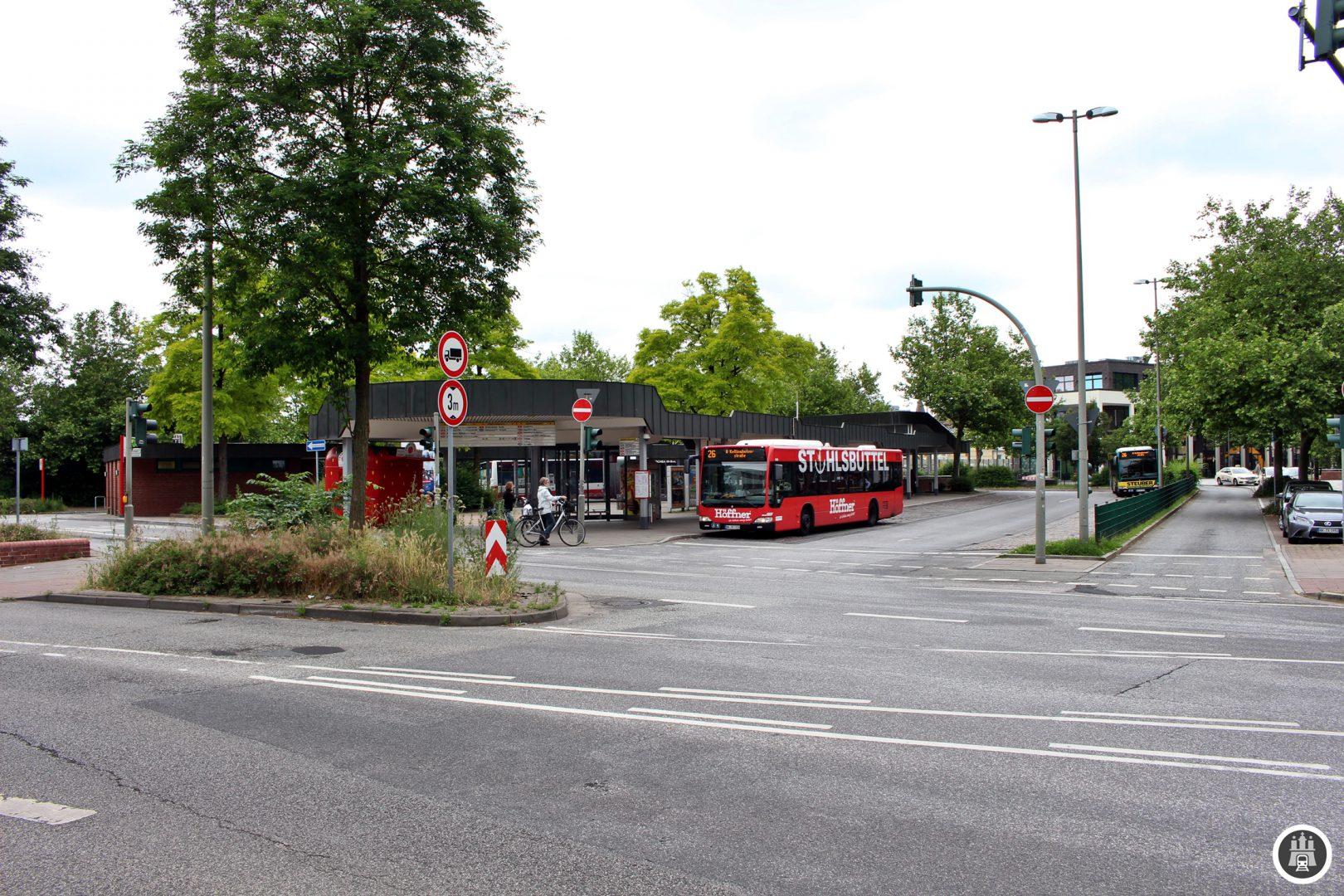 Entlang der 26 wird sich in den nächsten Jahrzehnten einiges ändern: Sie bedient heute Haltestellen der künftigen U5 und endet künftig am wieder-S-Bahnhof der Linie S4, deren Taktung allerdings eine andere sein wird als die der heutigen Regionalzüge. Die Linie 24 hält auf der anderen Seite des Bahnhofs.