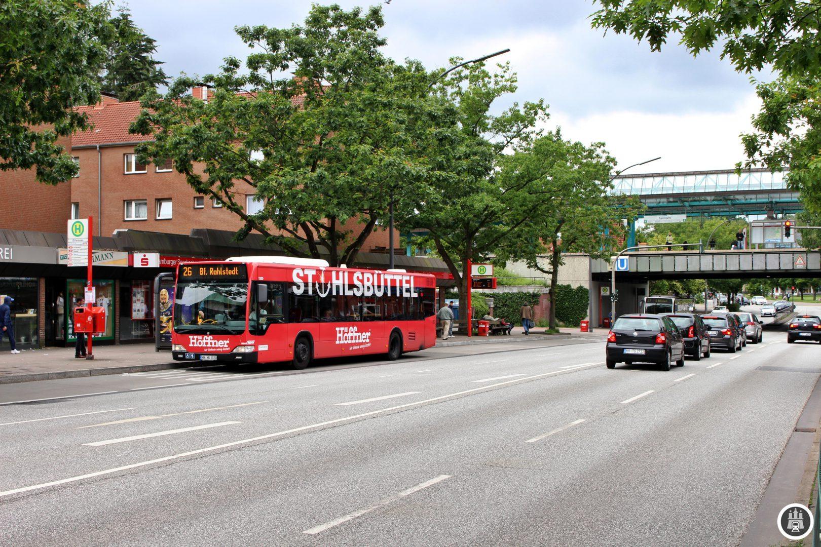 Der Bahnhof Farmsen wurde 1918 eröffnet und besitzt seit dem Bau der Betriebswerkstatt nördlich der Haltestelle in den Jahren 1962 – 1964 einen zweiten Bahnsteig. Sein heutiges Aussehen hat der Bahnhof seit 1996, wo das Dach erneuert und der südlich gelegene Ausgang zu den Bussen, hier links im Bild, geschaffen wurde.