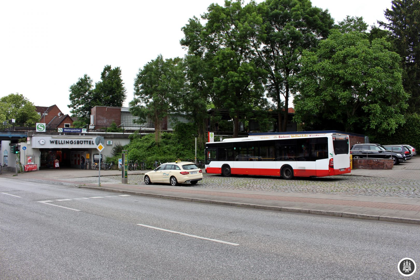 Der Endpunkt der 27 liegt am 1924 eröffneten S-Bahnhof Wellingsbüttel der Alstertalbahn (S1/S11).
