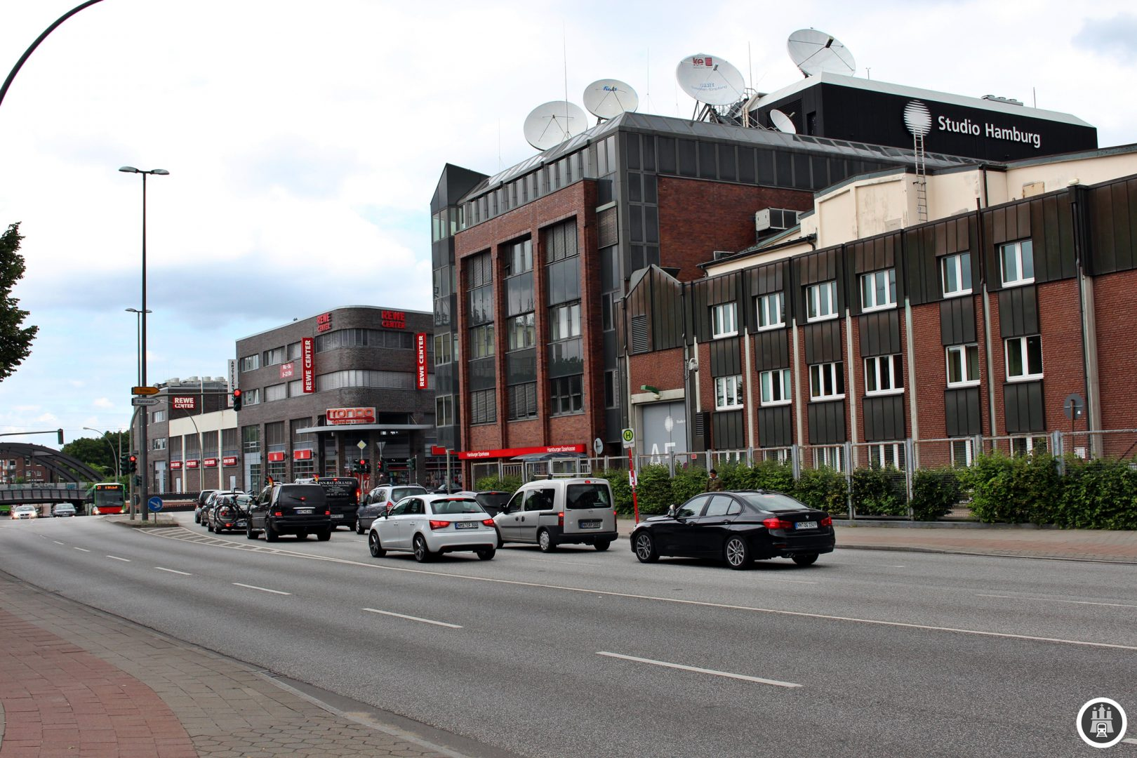 Direkt hinter dem Tonndorfer Bahnhof liegen die Gebäude des Studio Hamburg. Am Standort in Hamburg-Jenfeld werden zahlreiche Unterhaltungssendungen von NDR und dem Ersten aufgezeichnet. Das Studio Hamburg, eine 100%ige Tochter des NDR, zeichnet beispielsweise das Großsstadtrevier auf.