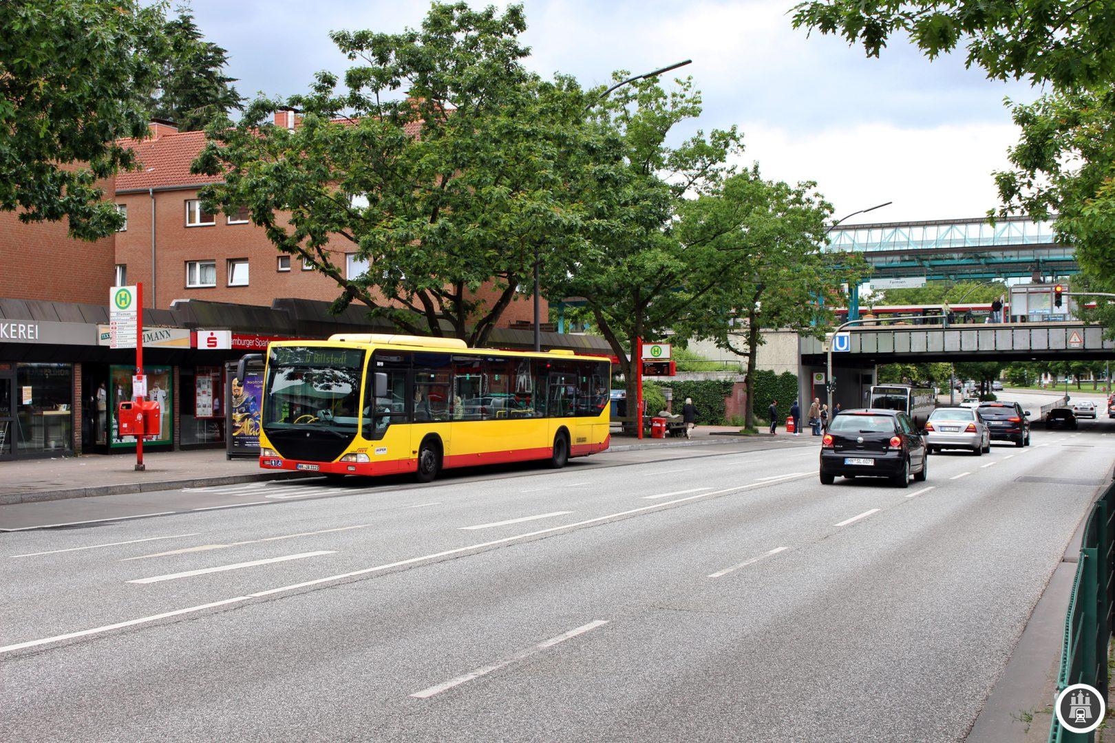 Die 27 am Farmsener Bahnhof. Das eingesetzte Fahrzeug war lange Jahre auf dem Airport-Express von Jasper anzutreffen und verfügt eine besondere Ausstattung, es handelt sich um bequeme Überlandbusse. Heute fahren noch fünf der sieben Airport-Express-Busse, ganz normal auf Linie.