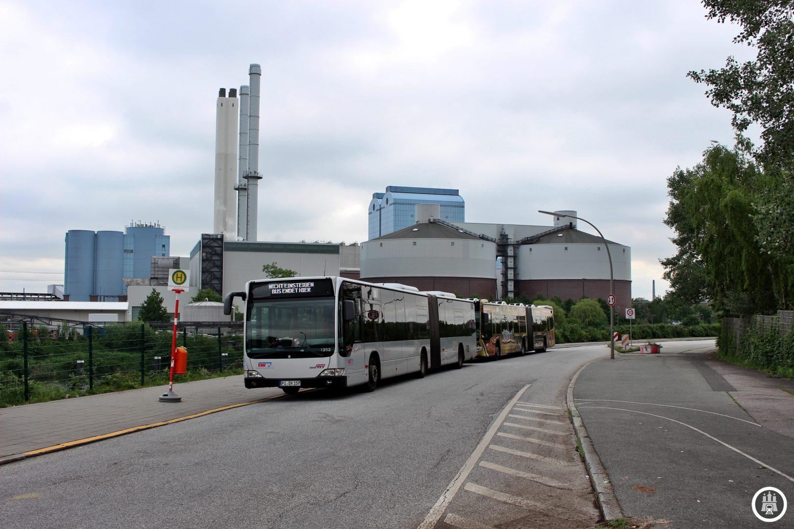 Aufgrund von Bauarbeiten endet die 3 im Moment schon in S Tiefstack. Vom provisorischen Pausenplatz sieht man auch das Heizkraftwerk Tiefstack, dass seit 1993 neben dem inzwischen abgerissenen alten Kohlekraftwerk auf einer aufgeschütteten Insel in Betrieb ist.