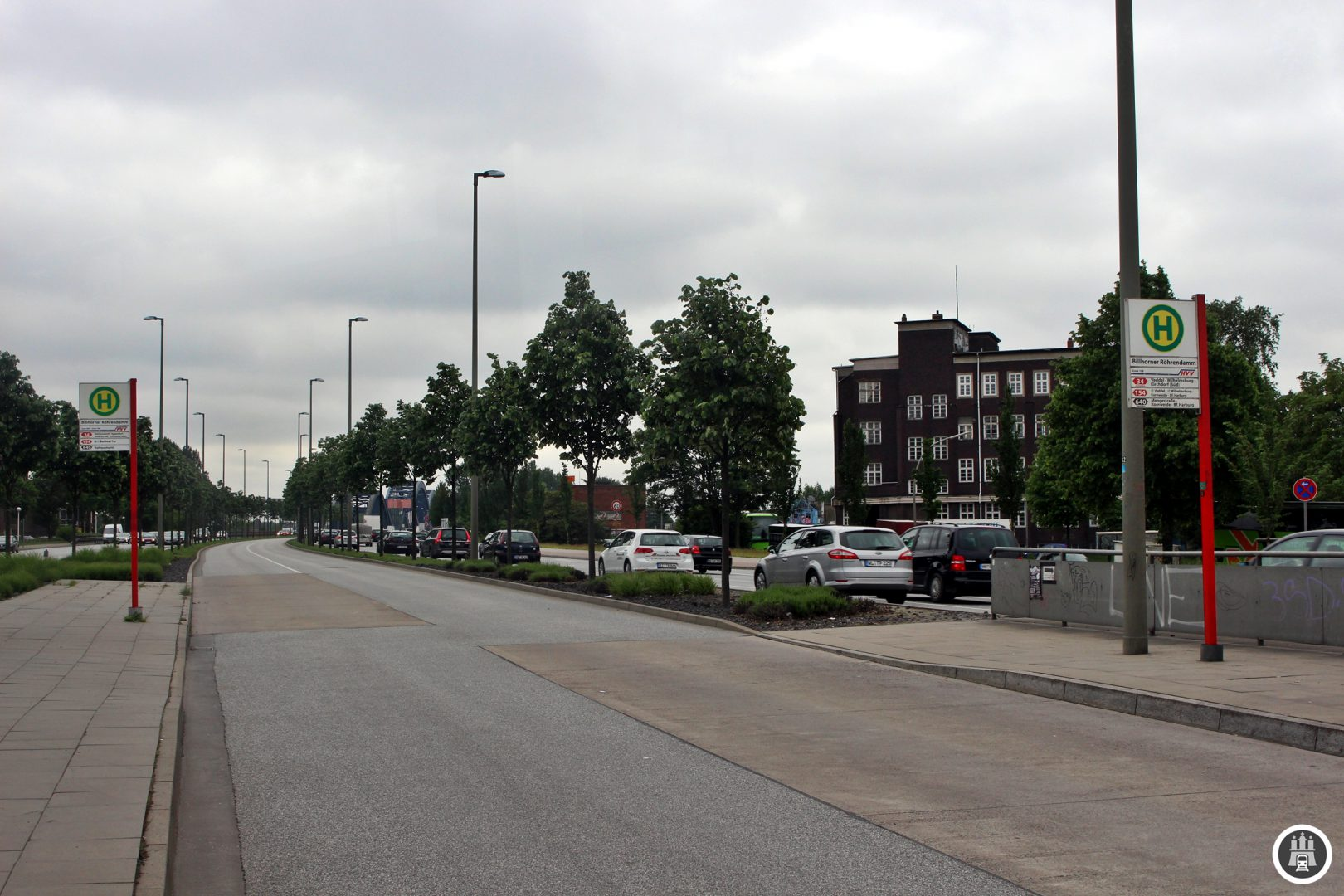 Hier am Billhorner Röhrendamm sind die Trassen der alten Straßenbahn noch gut zu erkennen.