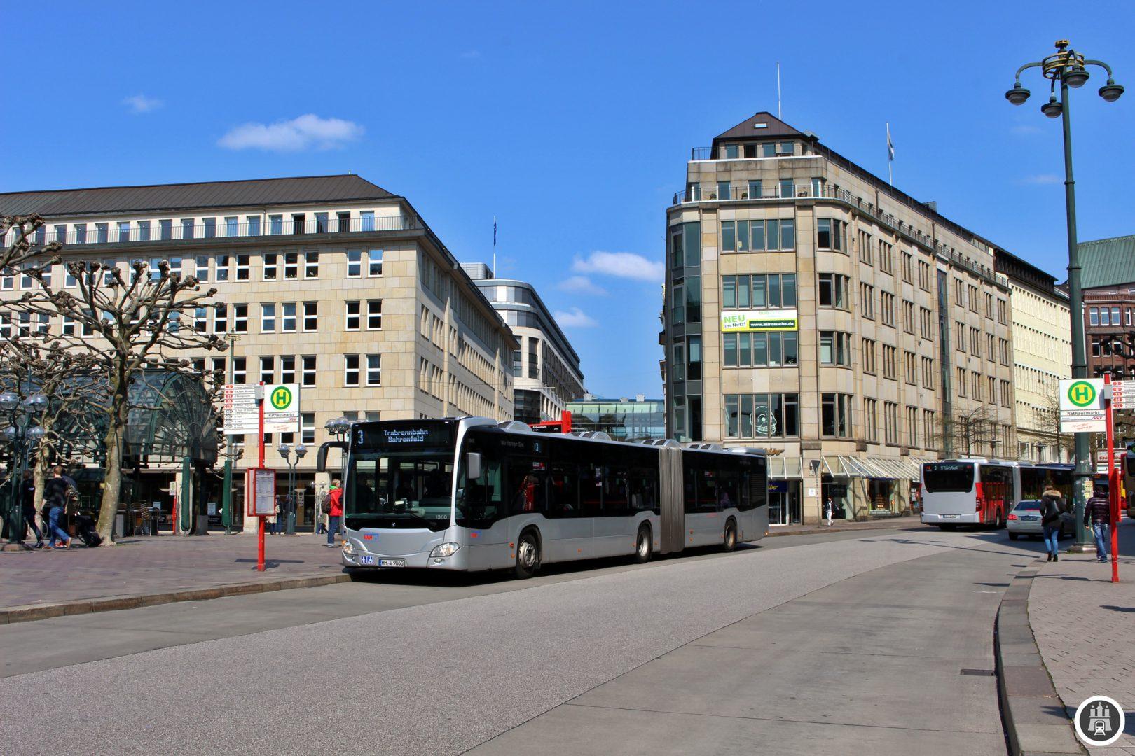 Der Rathausmarkt ist einer der zentralen Umsteigepunkte des Hamburger Bussystems. 4 Metrobuslinien treffen sich hier. In der Nacht starten von hier aus diverse Nachtbusse in die Hamburger Stadtteile. An der Petrikirche enden die Kurzläufer der 3.