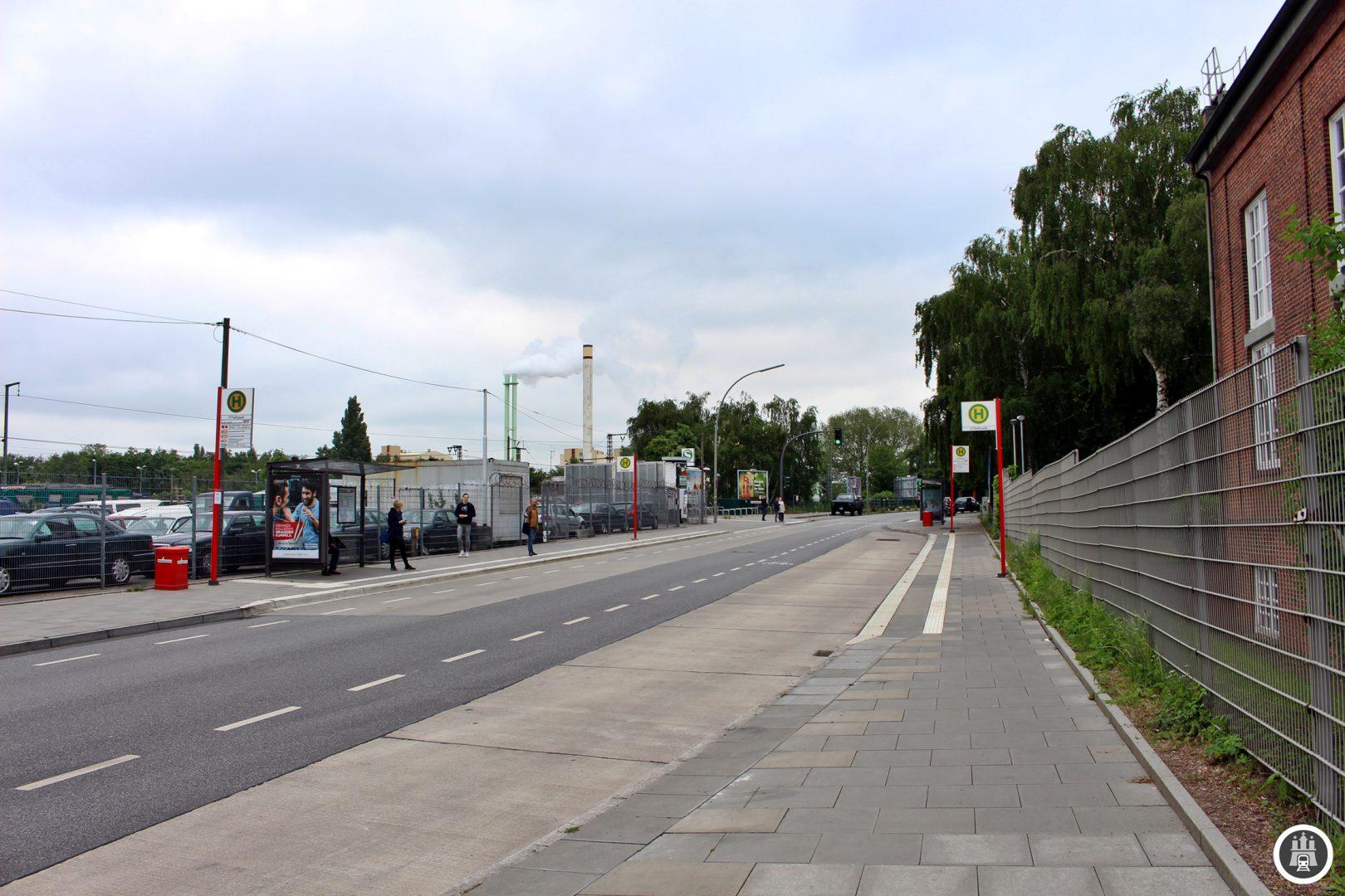 """Tiefstack ist vorallem industriell geprägt. Unter anderem finden sich hier der """"Autoknast"""" der Hamburger Polizei und Diverse Kleingewerbebetriebe. Gegenüber des S-Bahnhofs hat die Nordbahn ihren Betriebshof für die FLIRT-Züge errichtet, die auf der Bahnstrecke in Richtung Elmshorn fahren."""