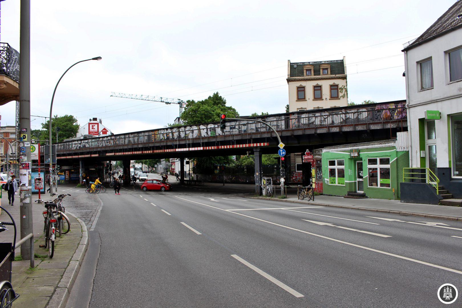 Die Sternbrücke besteht in ihrer heutigen Form seit 1925/26. Ihren Namen hat sie wegen der Sternförmig zur Brücke laufenden Straßen bekommen. In den Brückenwiderlagern, Gewölben und Kasematten befinden sich Geschäfte und Kneipen. Für diese wird beim Brückenneubau 2017 vorerst Schluss sein.