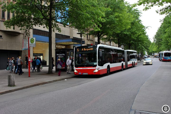 """Kaum zu glauben ist, dass auf dem gesamten Gebiet der heutigen Innenstadt vor etwas mehr als hundert Jahren noch ein Wohngebiet mit engen Gassen befand. Doch für die neue Ringlinie wurde das gesamte Viertel abgerissen und die Mönckebergstraße (benannt nach ihrem """"Initiator"""" und damaligen Bürgermeister Mönckeberg, der kurz vor der Eröffnung verstarb) samt darunterliegendem U-Bahntunnel errichtet. Während sich hier in der Anfangszeit überwiegend Kontorhäuser befanden, siedelten sich im Laufe der Zeit immer mehr Einzelhändler an."""