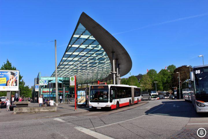 Nachdem der ZOB von 1951 in die Jahre gekommen war, wurde er Anfang der 2000er Jahre abgerissen und komplett neugebaut und schließlich im Jahr 2003 eröffnet. 2013 fuhren hier 38.830 Busse mit geschätzt drei Millionen Fahrgästen ab. Neben den Fernbussen fahren hier auch die sich im HVV befindenden Linien 4, 5, 31, 35, 36, die Aussetzer der 37, die Innovationslinie 109, 120, 124 und einige NachtBusse.