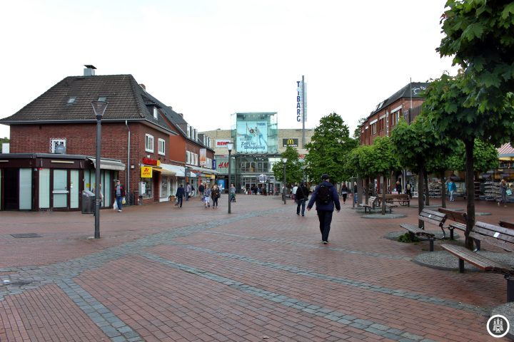 Nachdem das alte Niendorf abgebrannt war entstand das neue Dorf (= Niendorf) rund um den Tibarg. Die ehemalige Dorfstraße wurde nach und nach zu einer Einkaufsstraße und Fußgängerzone umgetaltet. Am Ende der selbigen schließt sich im Norden ein gleichnamiges Einkaufszentrum erbaut.