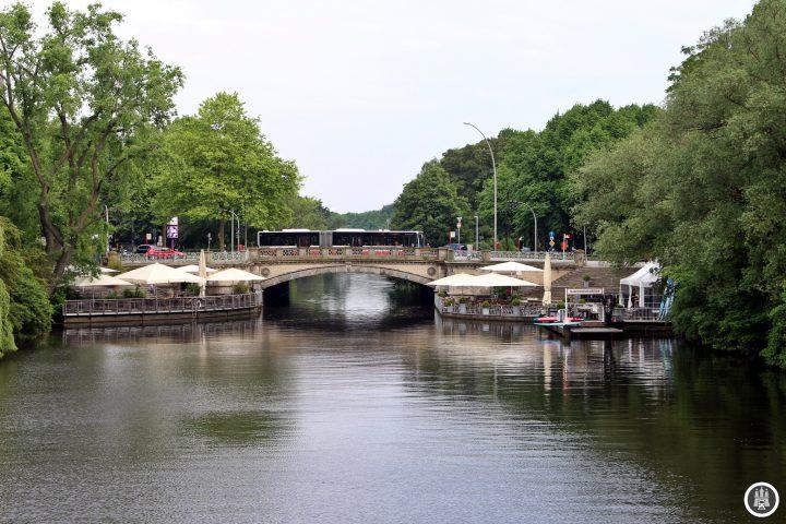 Die Mundsburger Brücke wurde 1870 erbaut und war die erste, die Hohenfelde mit der Uhlenhorst verband. Die Uhlenhorst war vorher eine Art Insel, die erst mit dieser Brücke vernünftig erreicht wurde. Die Mundsburger Brücke führt über den Mundsburgkanal, dem Ende des Flusses Wandse. An der Mundsburger Brücke befindet sich auch ein gleichnamiger Alsteranleger, der jedoch planmäßig nicht mehr angefahren wird. Hier enden zudem die Buslinien 172 und 173.