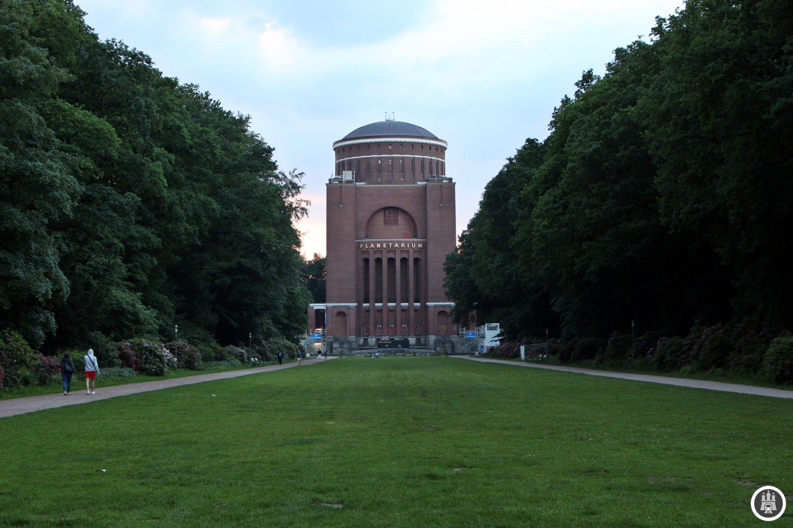 Das Planetarium im Hamburger Stadtpark wurde am 30. April 1930 in einem ehemaligen Wasserturm, der von Hans Loop, einem Architekten, der auch viele U-Bahnhaltestellen gestaltete, umgeplant wurde, eröffnet. 2002 wurde das Planetarium umfassend umgebaut und neue Ausstellungsflächen geschaffen. Derzeit ist das Planetarium geschlossen, weil es wieder umgebaut wird.