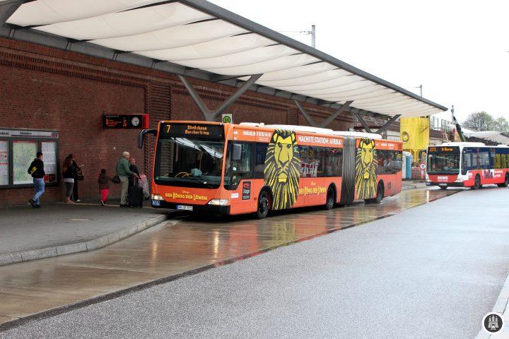 Der Barmbeker Bahnhof ist auf Platz 3 der Bahnhöfe in Hamburg mit den meisten Fahrgästen. Bis vor wenigen Hundert Jahren war Barmbeck (Schreibweise bis 1946) ein Dorf und ein Vorort Hamburgs. Seit 1894 gehört Barmbeck zu Hamburg. Seit der Eröffnung der Hochbahn 1912 entwickelte sich der Stadtteil rasch weiter. Der Barmbeker Bahnhof wurde in seiner jetzt 104 jährigen Geschichte