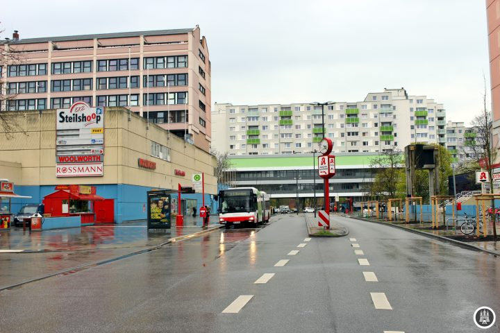 """Das Einkaufszentrum Steilshoop wurde parallel zu den Siedlungen in der Umgebung in den 1970er Jahren eröffnet. In den letzten Jahren haben immer mehr Geschäfte das Einkaufszentrum verlassen. Nach der Übernahme des Zentrums durch die Fortuna Immobilien GmbH wurden die Mieten stark erhöht und viele Geschäftsinhaber aus Steilshoops Einkaufszentrum getrieben. Vor kurzem hat auch der letzte große Supermarkt """"REWE"""" das Center verlassen."""